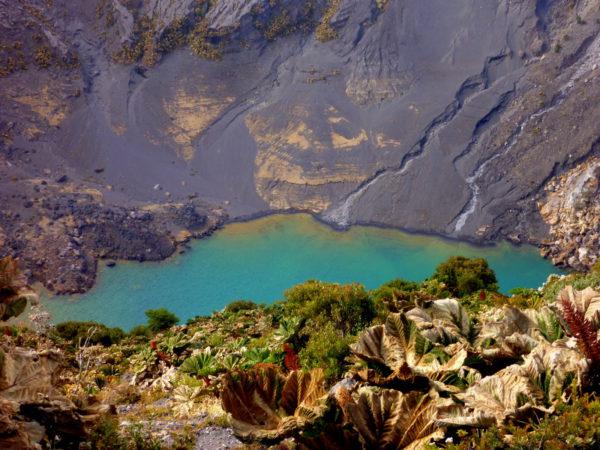 Irazú volcano crater lake
